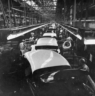 The assembly line at the Chrysler plant in Windsor / Chaînes de montage de l'usine Chrysler de Windsor